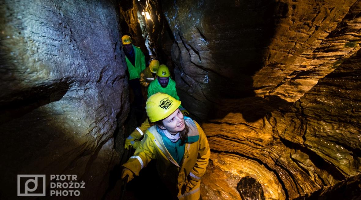 Podziemne korytarze Spannagel Hoehle bywają bardzo wąskie. Klaustrofobia wysoce niewskazana