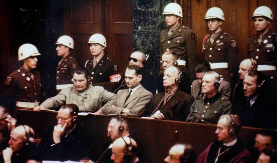 NIemieccy naziści na ławie oskarżonych w Norymberdze. Pierwszy rząd od lewej: Hermann Goering, Rudolf Hess, Joachim Ribbentrop, Wilhelm Keitel, Ernst Kaltenbrunner. Z tyłu od lewej: Karl Doenitz, Erich Raeder, Baldur von Schirach i Fritz Sauckel.