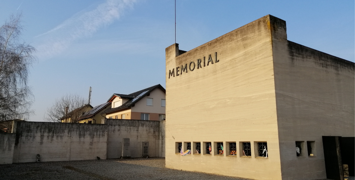 Przy byłym krematorium mieści się niewielka izba pamięci