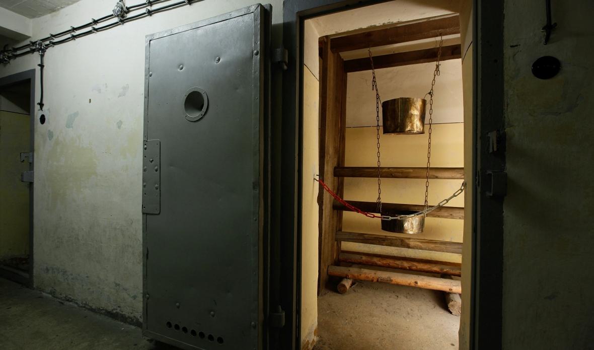 """Zrekonstruowane w muzeum pamięci Hohenschoenhausen narzędzie do tortur wodnych stosowane przez Stasi. Podobne w działaniu do dzisiejszego tzw. """"waterboardingu"""""""