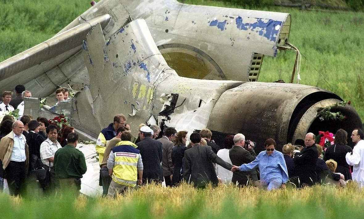 Fragment rozbitego Tu-154 i rodziny zabitych na polach pod Uberlingen
