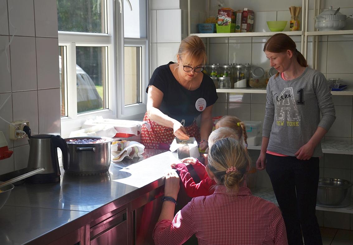 Dom Samotnej Matki w Gdańsku Matemblewie. Magdalena Adamowicz przygotowuje świąteczne babki z podopiecznymi ośrodka