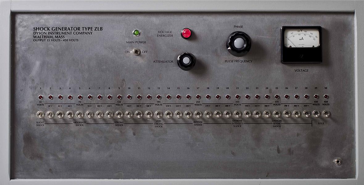 Generator prądu elektrycznego. Znajduje się na nim 30 przycisków. Pierwszy oznaczony symbolem 15 V, następny 30 V, trzeci - 45 V... Każdy kolejny to 15 V więcej, aż do 450 V.