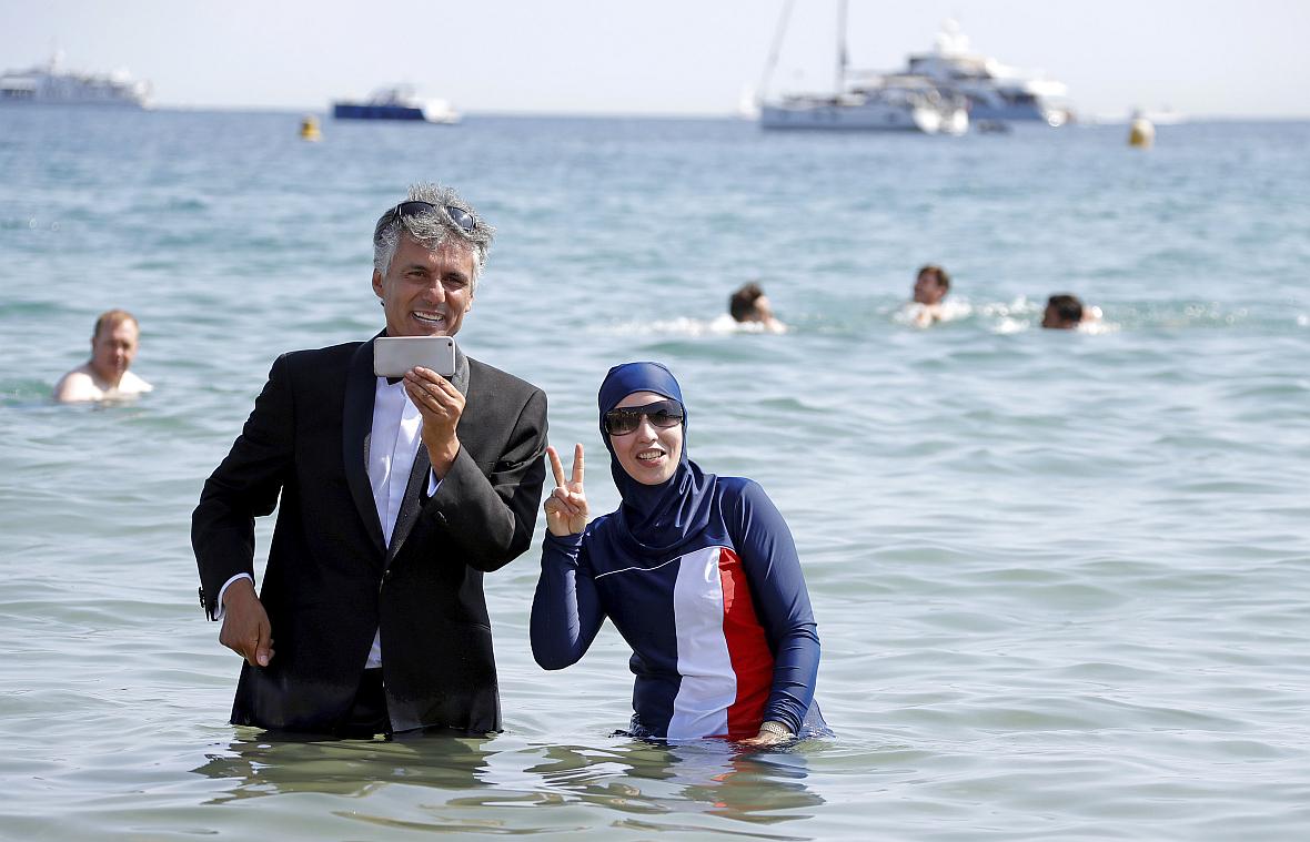 Rachid Nekkaz pozuje z Karimą ubraną w niepopularne w Cannes burkini