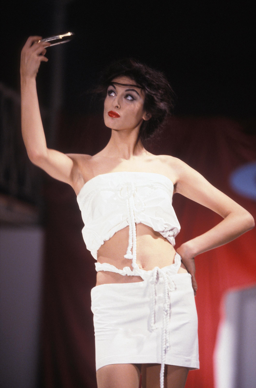 Czyżby Vivienne Westwood wyprzedziła epokę smartfonów i selfie? Oto jej projekt z 1991 roku. Na wybiegu modelka prezentuje ubrania patrząc w lusterko.