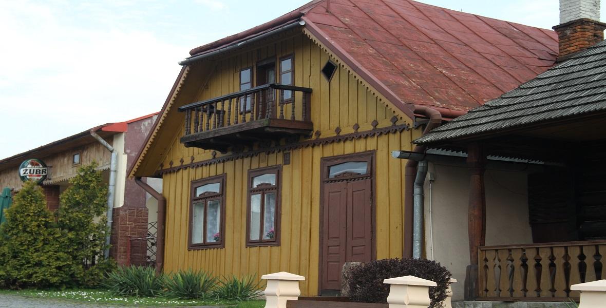 Zabytkowy, drewniany dom na rynku Pruchnika. Należał kiedyś do żydowskiej rodziny.