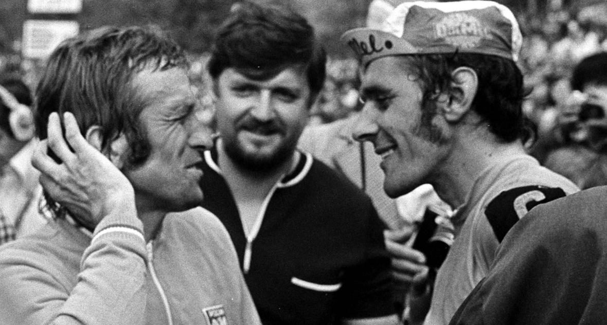 Opole, 19.05.1975 r. XXVIII Wyścig Pokoju. Wielcy rywale - Ryszard Szurkowski (P) i Stanisław Szozda (L) - w przyjacielskiej rozmowie na stadionie w Opolu.