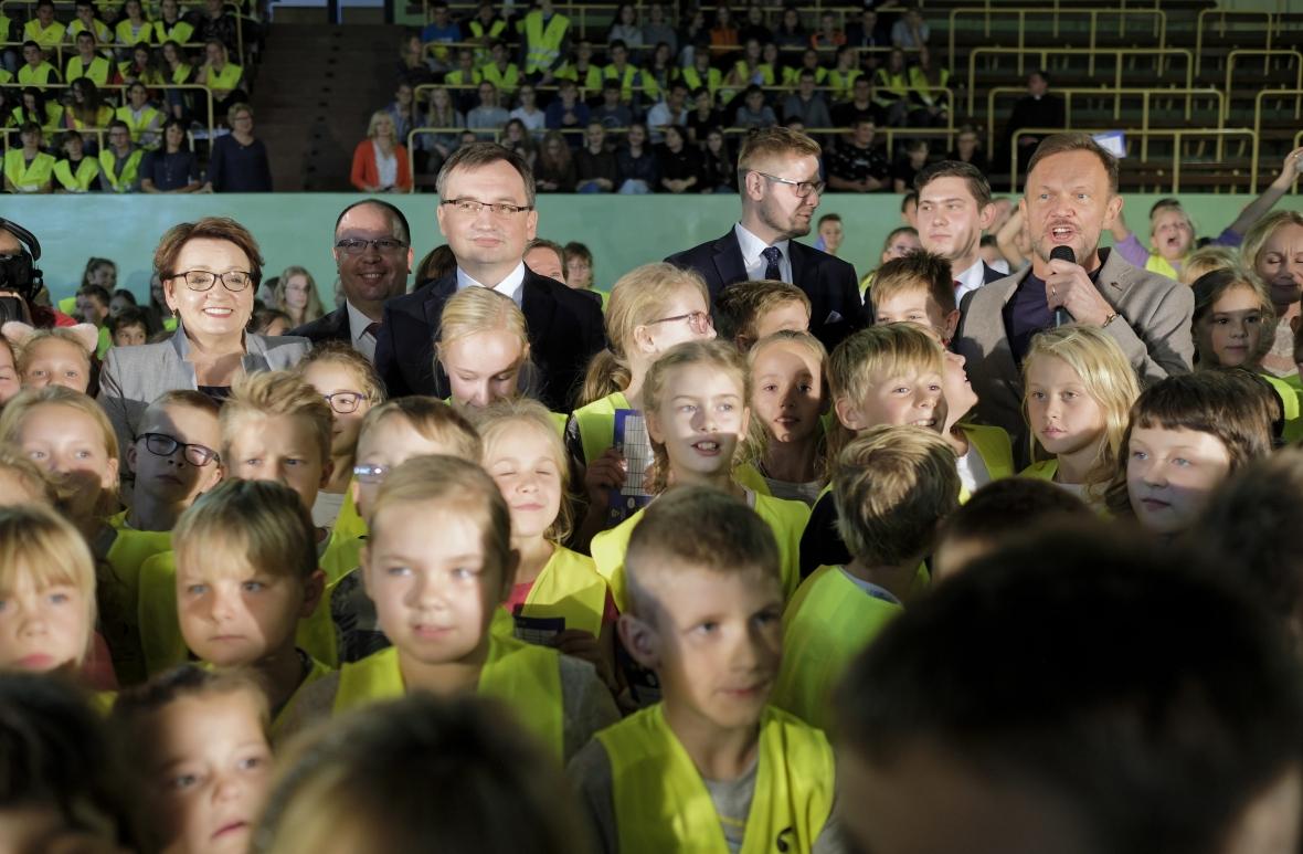 Minister edukacji Anna Zalewska, minister sprawiedliwości Zbigniew Ziobro i aktor Cezary Pazura oraz dzieci w kamizelkach na inauguracji akcji